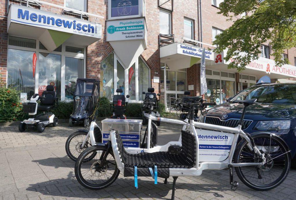 Frontansicht des Geschäfts, vorne steht ein Lastenfahrrad der Firma Mennewisch