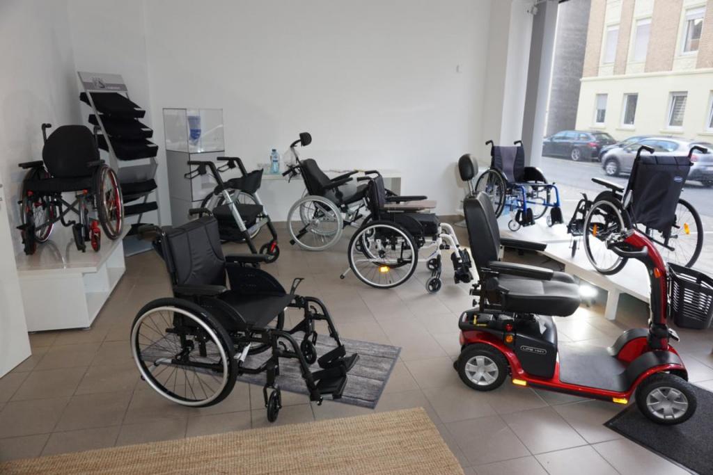 Abbildung von Rollstühlen, Scooter im Verkaufsraum